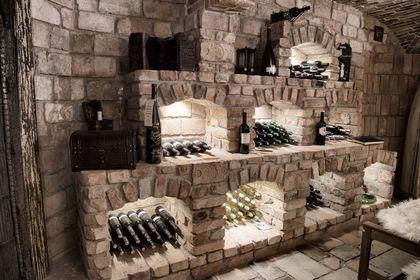 Durch optische Felswände erhält der Weinkeller seinen rustikalen Charme